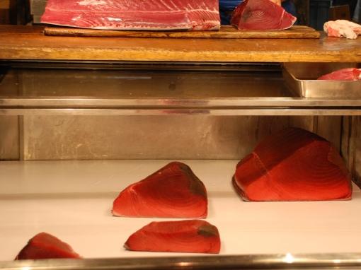 Le thon en pièces dans un présentoir à Tsukiji